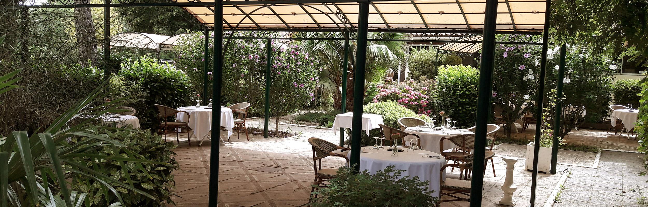 La terrasse - L'Auberge de la Pointe, restaurant à Saint-Sulpice dans le Tarn / © DR